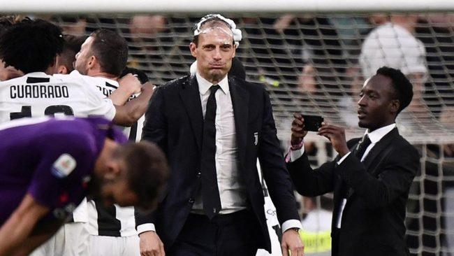 Pelatih asal Juventus, Massimiliano Allegri kembali behasil membawa Juventus meraih trofi penghargaan ajang Serie A